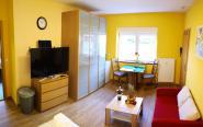 Fernseher, Schrank, Essbereich und Couch